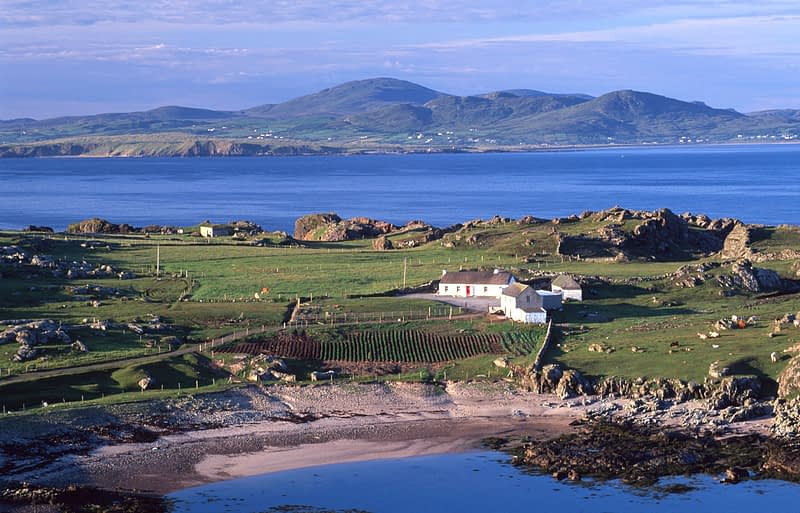 Coastal cottage, Ineuran Bay, Inishowen Peninsula, Co Donegal, Ireland.
