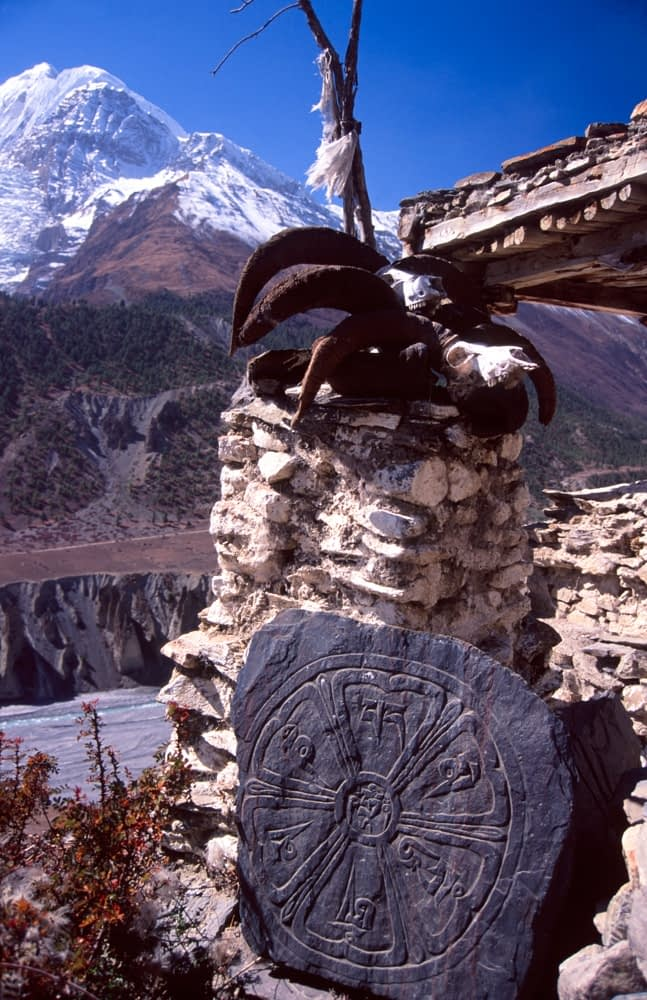 Trailside chorten and skull, Manang Valley, Annapurna Circuit, Nepal.